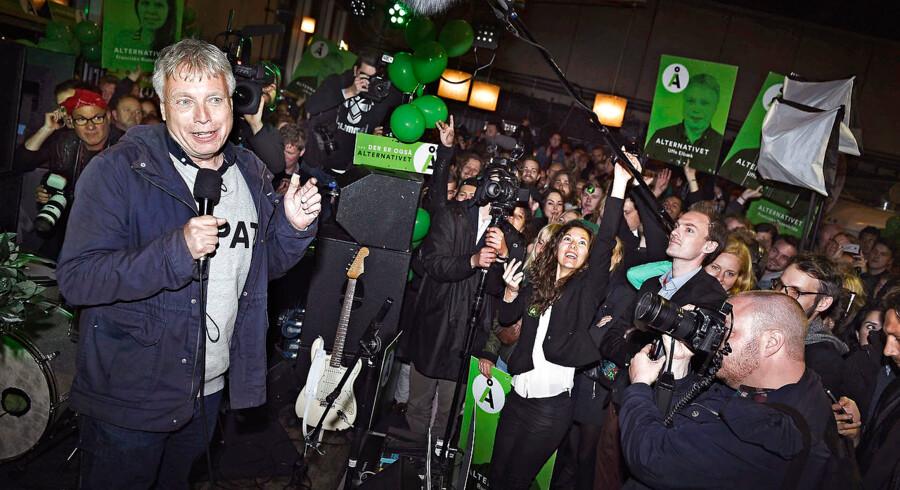 Der var højt humør, da Uffe Elbæk og Alternativet strøg ind i Folketinget ved valget i 2015. Siden stivnede smilene, og partiet befinder sig i dag i dyb krise.