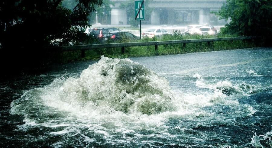 Et voldsomt skybrud over hovedstadsområdet i sommeren 2011 førte til voldsomme oversvømmelser og ødelæggelser. Regningen er siden gjort op til mere end 17 milliarder kr., hvilket gør skybruddet til den dyreste naturkatastofe det år. Her fosser vandet ud af kloakken ved Lyngbyvejen i København.