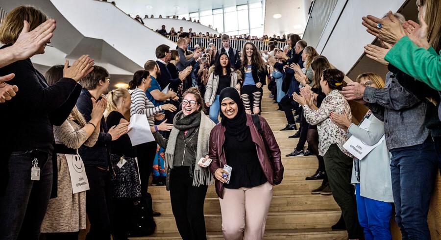 Lærere på Ørestad Gymnasium stillede sig 29. marts op på gymnasiets hovedtrappe med skilte med påskriften »100 pct. opbakning« og klappede ad eleverne.