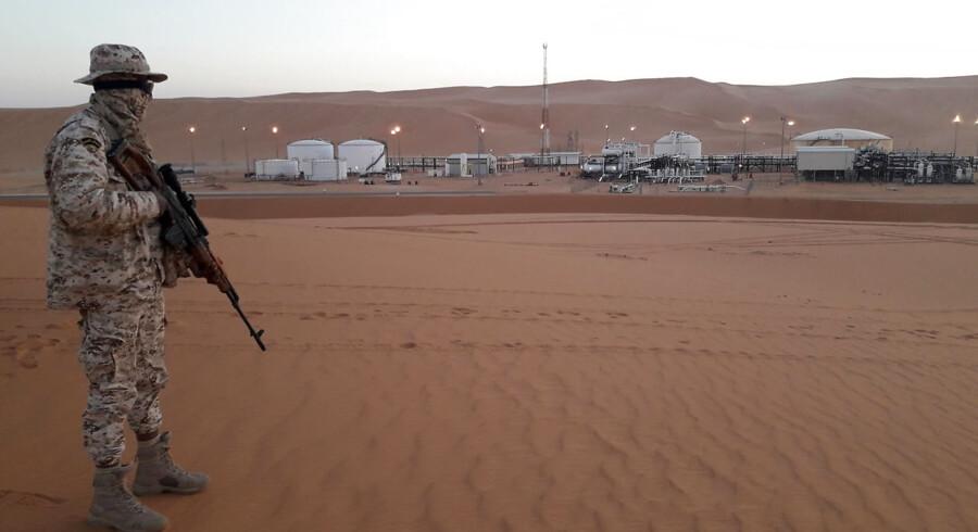 Borgerkrigen i Libyen har gjort, at prisen på olie er skudt op grundet den geopolitiske usikkerhed for olieeksporten. På billedet ses en soldat fra den libiske oprørshær under ledelse af militærkommandøren Khalifa Haftar nær El Sharara oliefeltet i Obari, Libyen.