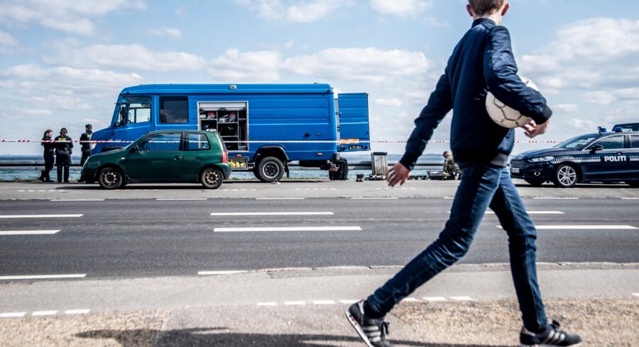Efter lørdagens skuddrama, der kostede en ung mand livet, gennemsøgte politiet i går gerningsstedet på Rungsted Strandvej endnu en gang. Foto: Celina Dahl
