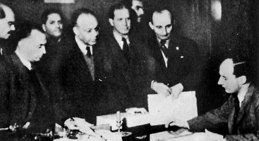 Det sidste foto af Raoul Wallenberg blev taget på hans kontor i Budapest 26. november 1944. Wallenberg ses siddende ved bordet.