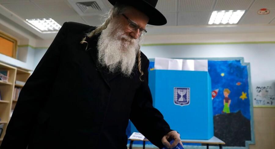 Valget i Israel er i gang. En ultraortodoks jøde afgiver sin stemme, som vil være med til at afgøre, om Netanyahu kan fortsætte.