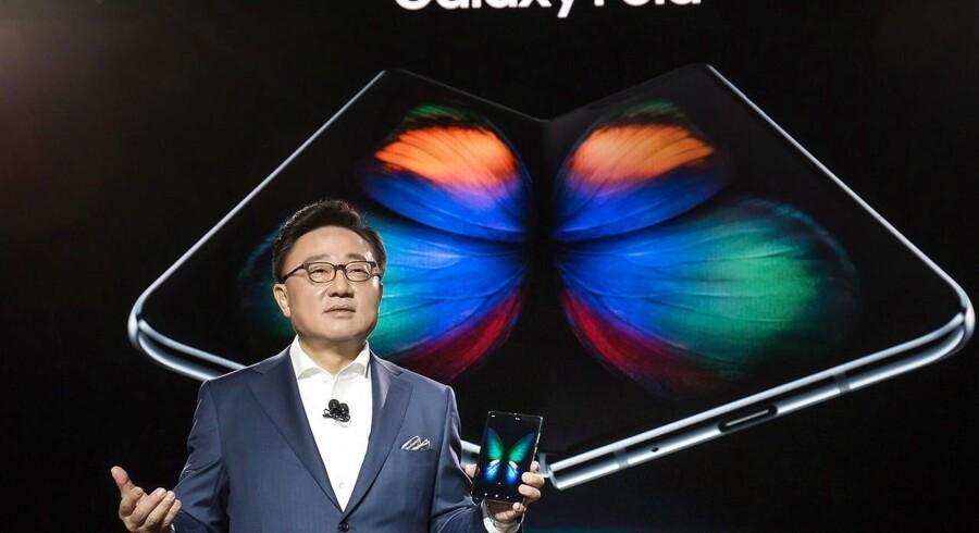 Elektronikgiganten Samsungs mobilchef, D.J. Koh, præsenterede i februar den nye, foldbare Galaxy Fold-smartphone, som nu kommer til Danmark. Arkivfoto: Samsung/EPA/Ritzau Scanpix