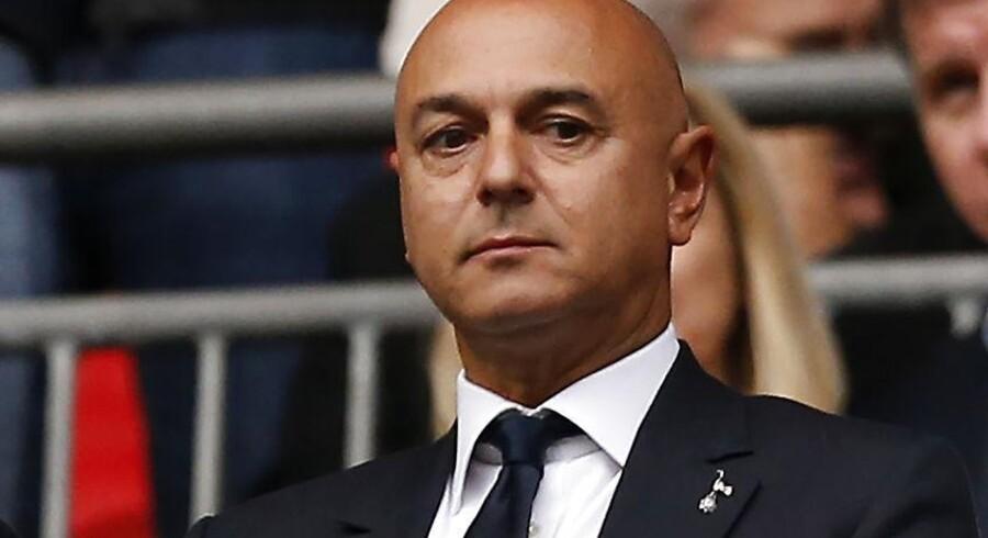 Daniel Levy, der er formand og medejer i den engelske fodboldklub Tottenham Hotspur, overværer her i 2017 en kamp på Wembley Stadium i London, hvor klubben i to sæsoner måtte holde til, mens et nyt stadion til omkring en milliard britiske pund blev bygget. Han har store ambitioner for klubben og er selverklæret perfektionist. »Jeg har altid været en person, der stræber og vil gøre det bedre,« har han udtalt.
