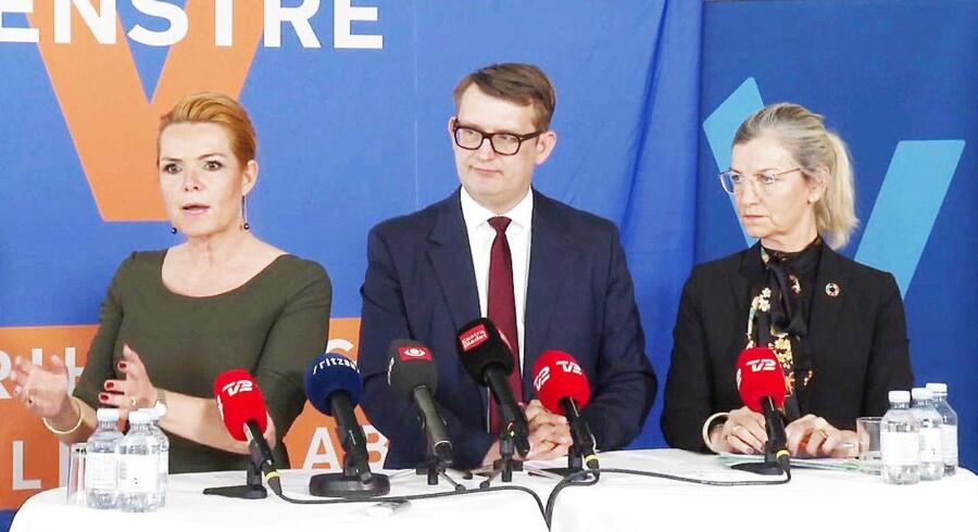 De tre Venstre-ministre indkaldte med kort varsel til pressemødet 9. april på en måde, der skabte forventninger om nye regeringsudspil på udlændingeområdet. Men ministrene havde intet at byde på selv. Kun angreb på Socialdemokratiet.