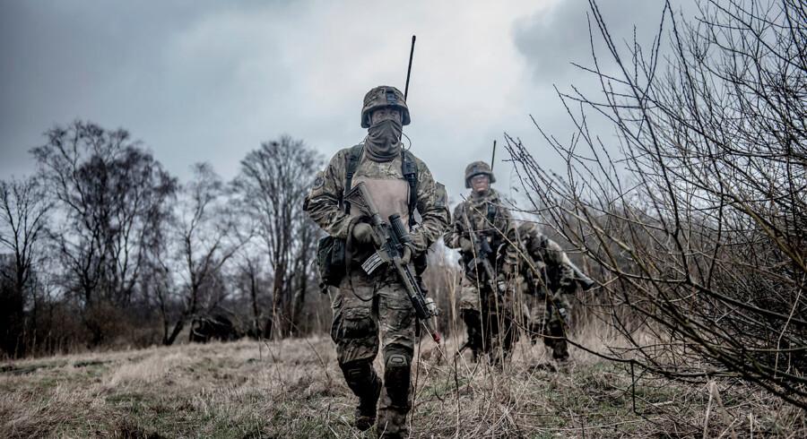 Livgardens 4. kompagni på øvelse ved Høvelte Kaserne, hvor en 9 mm standardpistol, der for nylig blev anvendt ved et drab i Kongens Lyngby, efter alt at dømme blevet taget fra.