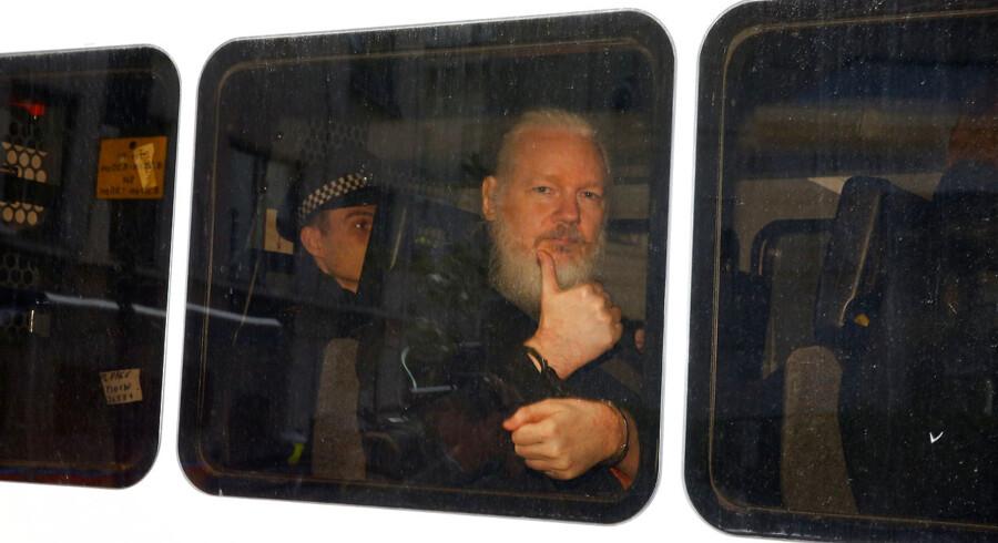Julian Assange efter sin anholdelse - han skal nu fremstilles i grundlovsforhør. USA kræver ham udlveret for »computerrelaterede« forbrydelser.