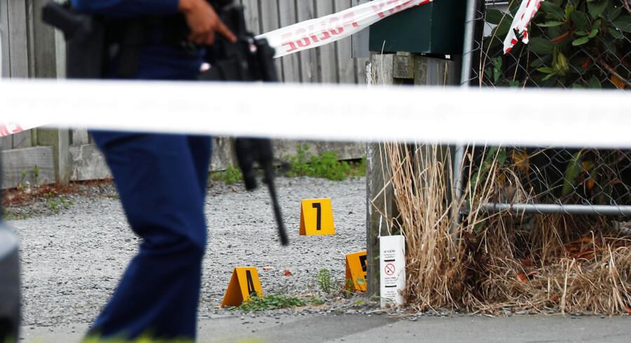 En politimand står vagt foran Linwood-moskeen i Christchurch i New Zealand.