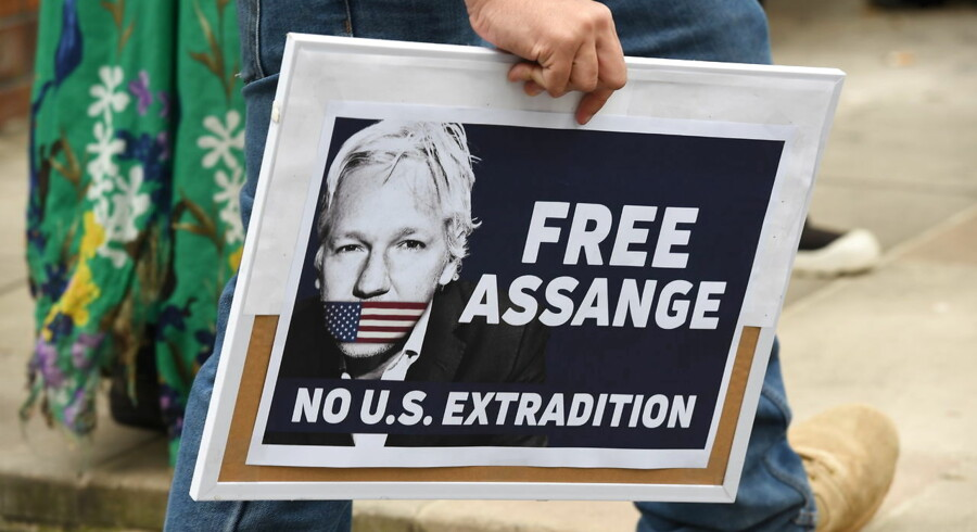 USA har ikke rejst tiltale mod Assange for at have publiceret tophemmelige dokumenter. I stedet vil justitsministeriet tilsyneladende retsforfølge ham for den rolle, han spillede i selve hackingen af det amerikanske forsvarsministerium. Men også dét er et angreb på pressefriheden, mener Assanges forsvarere.