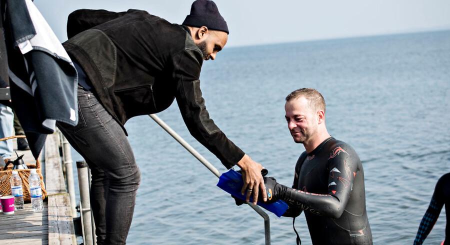 Morten Østergaard svømmede 30. marts de 3, 5 km fra Lindholm til havnen i Kalvehave. Men hvorfor svømme eller vade i land? spørger Joachim Brix-Hansen. Færgen vil jo sejle de op til 125 udviste kriminelle udlændinge fra Lindholm til Kalvehave/ Sjælland hver eneste dag fra tidlig morgen til sen aften.