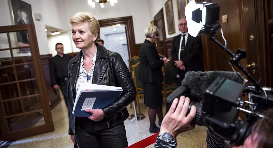 Det er vigtigt at understrege, at Eva Kjer Hansen ikke har skabt problemerne. Hun har arvet dem. Men det er ikke desto mindre hendes ansvar at gøre alt, hvad hun kan for at få dem løst, ligesom hun må respektere folketingsflertallets ønsker og orientere ordførerne tæt og løbende.