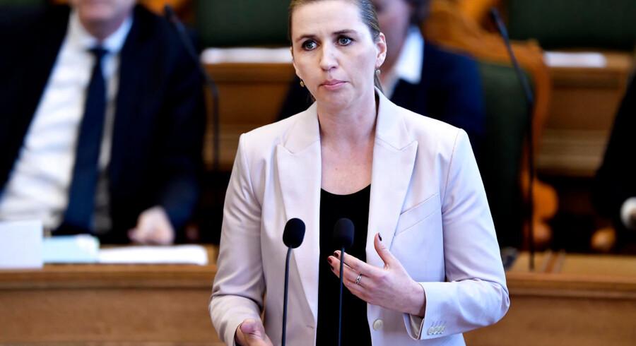 Det er helt uforståeligt, at den selvudnævnte »børnenes statsminister« og favoritten til at overtage Statsministeriet er tavs som graven - lige nu hvor børnene netop er på dagsordenen. Forestiller hun sig, at hun bliver valgt på en titel? spørger Mikkel Møller.