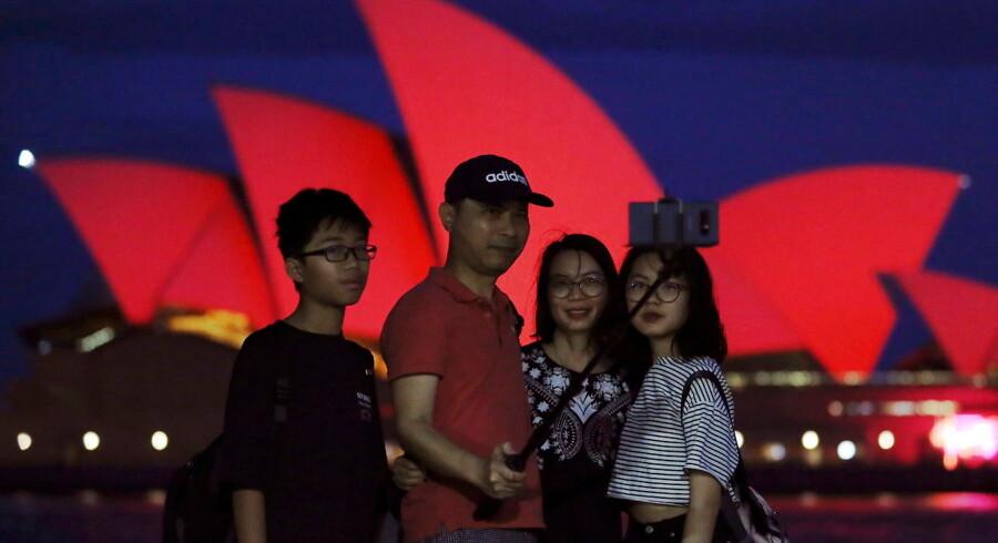 Australierne siger igen og igen »no worries«, uanset hvor man møder dem. Men op til valget præges vælgerne af en række bekymringer - lige fra Kina til Koalaen. Valget finder sted den 18. maj. Ifølge målingerne står regeringen til at tabe.Kinesiske turister har alvor opdaget Australien. Her poserer en kinesisk familie foran operaen i Sydney under det kinesiske nytår.
