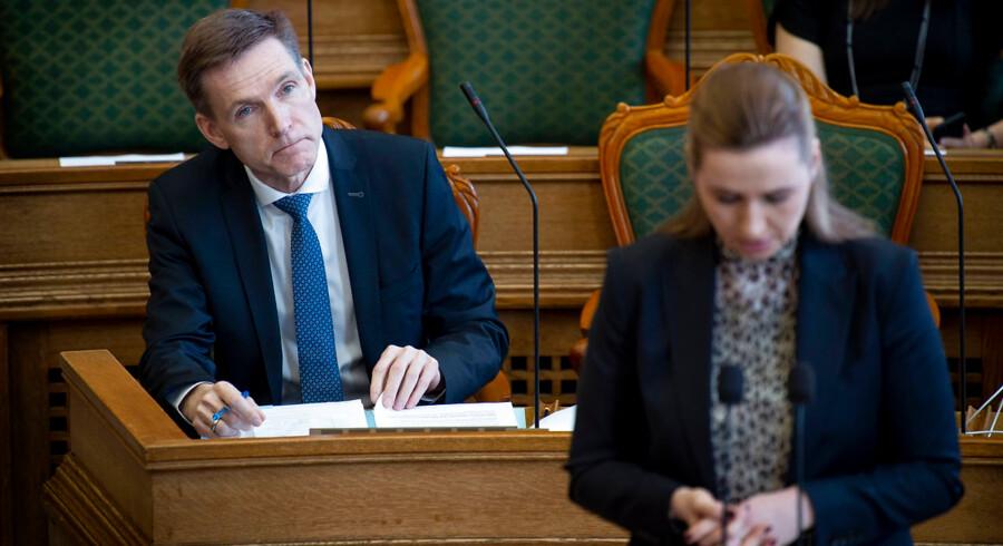 DF-formand Kristian Thulesen Dahl og S-formand Mette Frederiksen står nu på hver sin side af stregen i det politiske slag om, hvordan nedslidte danskere bedst kan hjælpes.