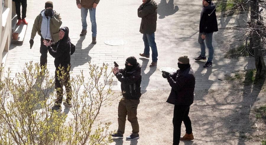 Civilpolitiet trækker deres våben bag Korsgadehallen på Nørrebro. Der opstod ballade, bål og stenkast efter Rasmus Paludan havde holdt et møde på Blågårdsplads.
