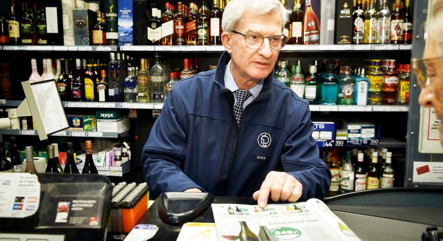 74-årige Flemming Rosleff har bl.a. været direktør på flere hospitaler. Han kunne være gået på pension for længst, men har valgt at fortsætte arbejdslivet - bl.a. i Irma på Godthåbsvej i Vanløse, hvor han gerne giver gode råd om vin.