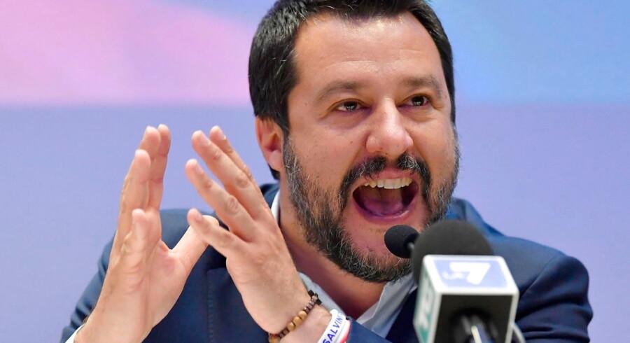 »Når der også er grund til bekymring mht. Salvinis nye alliance, er det, fordi sløret blev løftet for den få dage efter at Steve Bannon mødtes med Salvini (billedet) i Rom.«