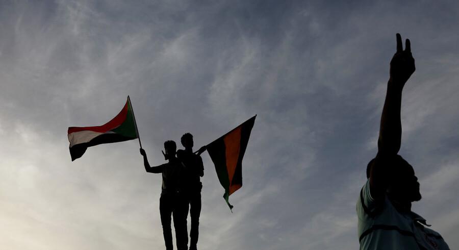 Sudanesiske demonstranter aktionerer uden for forsvarsministeriet i Khartoum. Sudans ledende protestgruppe siger, at der bliver gjort forsøg på at stoppe demonstrationerne, som har bragt Sudans militær under massivt pres for at overdrage magten til en ny civil regering. - Foto: Umit Bektas/Reuters