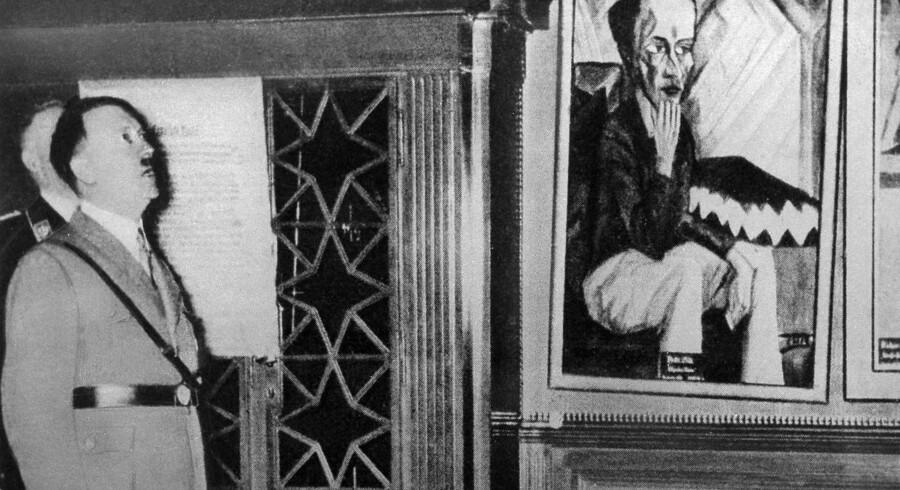 Adolf Hitler ser på kunstværker i et såkaldt »skrækkammer« i Dresden i 1935. Her viste nazisterne eksempler på degenereret kunst frem. I 1937 viste man en stor udstilling af degenereret kunst i Berlin.REUTERS/Ullstein Bild