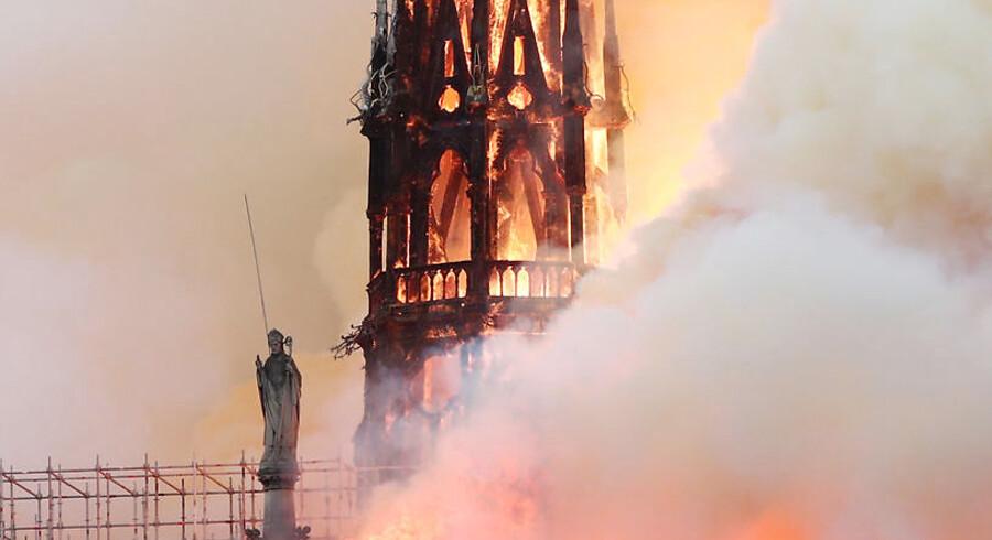 Der er mandag aften udbrudt en voldsom brand i den historiske katedral Notre Dame i Paris.