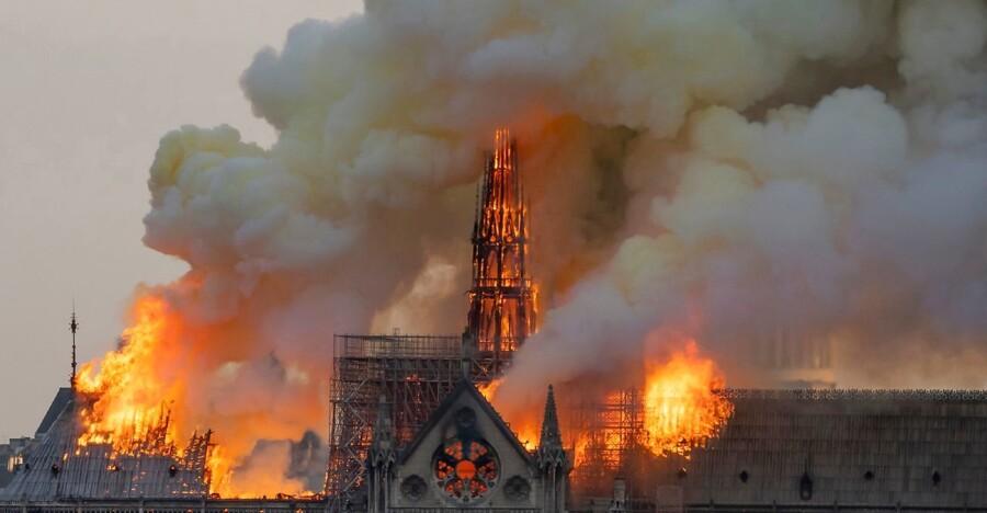 Sent i aftes havde omkring 400 brandmænd formået at redde Notre Dames to ikoniske rektangulære tårne, og det parisiske vartegn er ikke længere i fare for at kollapse fuldstændigt. Dog faldt spiret, efter at billedet her er taget.
