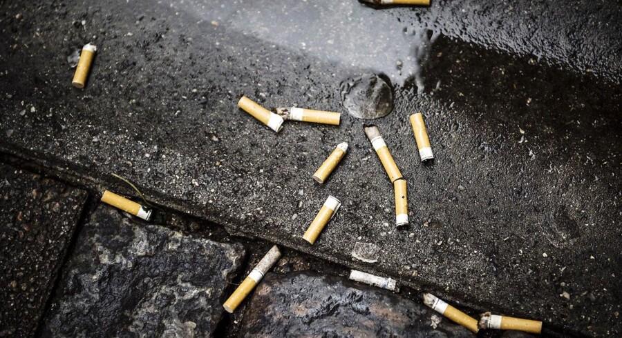 »Kommunerne bruger millioner på at samle cigaretskodder op. Formentlig et sted mellem en halv og en hel milliard kroner. Det er åbenbart prisen, samfundet skal betale for danskernes umistelige ret til at svine det offentlige rum til.«