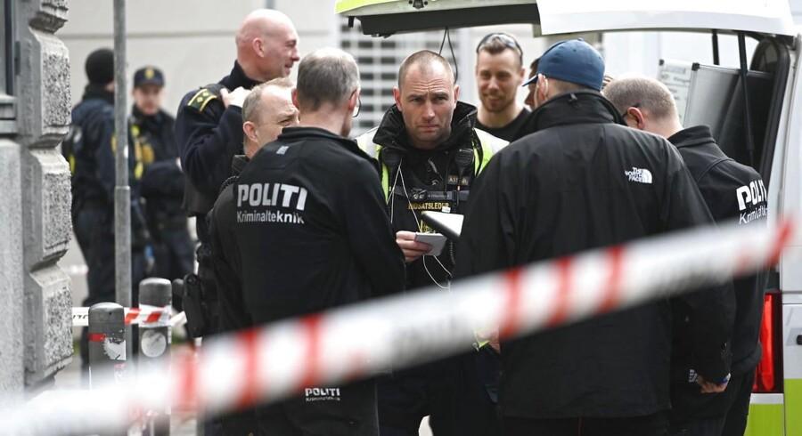 Politiet har tirsdag formiddag fundet en genstand på Blågårds Plads, som ligner en håndgranat.