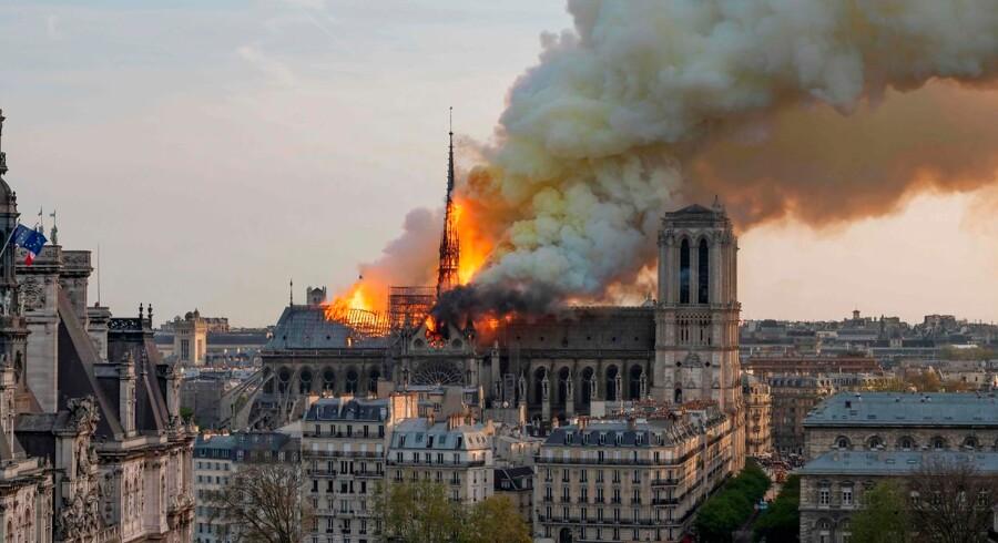 Mandag aften var det uvist, om domkirken vil brænde ned til grunden. Sidst på aftenen kunne præsident Macron meddele, at både tårne og skelet står endnu. Kirken vil blive genopbygget, har Macron lovet den franske befolkning.