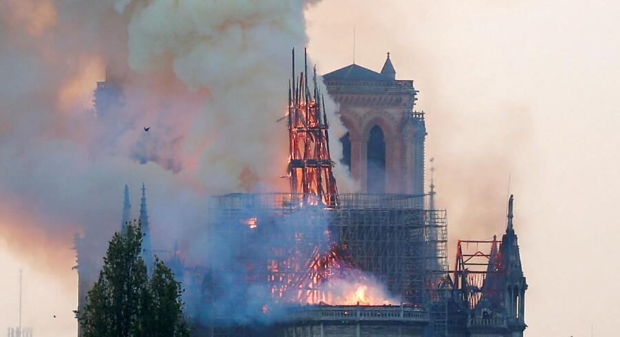 Billederne af den brændende katedral Notre Dame i Paris har fået det til at løbe koldt ned ad ryggen på mange europæere. Flere regeringsledere har allerede fundet pengepungen frem.