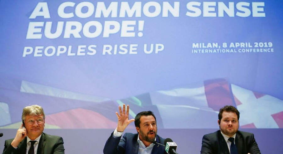 »Fra at have forbandet EU springer de nu ud som Europas frelsere, som det skete i Milano i forrige uge. Her var Salvini vært for tre meningsfæller fra populistiske partier i Tyskland, Finland og Danmark, der var repræsenteret af Dansk Folkepartis Anders Vistisen.«