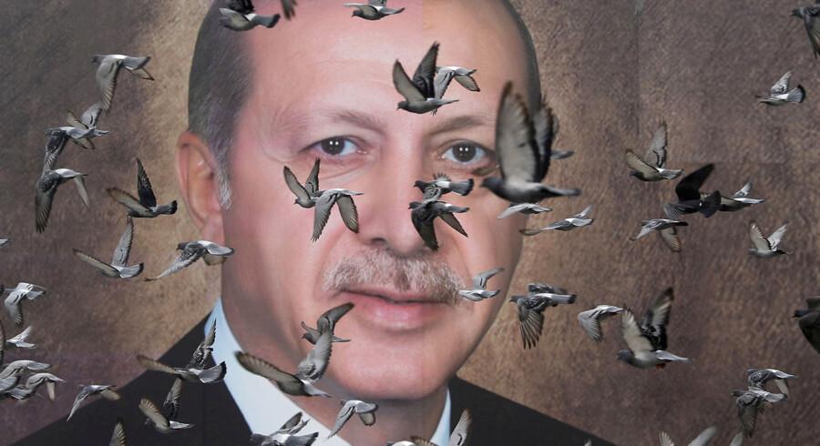 Erdogans AKP-parti har anmodet om at få annulleret hele lokalvalget i Istanbul, hvor hans borgmesterkandidat tabte med blot få tusinde stemmer. Partiet mener, at det bør gå om.