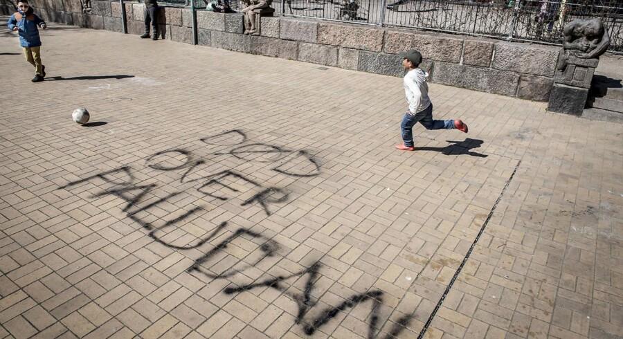 Der er skrevet »død over Paludan« på fliserne på Blågårdsplads på Nørrebro. Ifølge valgmenighedspræst Signe Helbo er det et problem, når man hævder, at ytringsfrihed står over respekten for andre mennesker. Foto: Mads Claus Rasmussen/Ritzau Scanpix