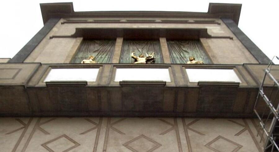Stærekassen blev mødt af meget stor modstand, da den blev opført for 90 år siden som en udvidelse af Det Kongelige Teater. Sidenhen blev den omstridte bygning så populær, at der var modstand mod planerne om at tildække den med en stor glaskonstruktion.