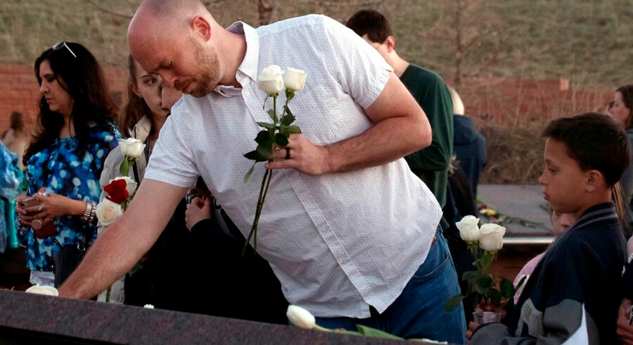 Will Beck, der overlevede skyderiet på Columbine High School i 1999, mindes på 20-års dagen for massakren sine medstuderende og lærer på Columbine Memorial i Littleton, Colorado.