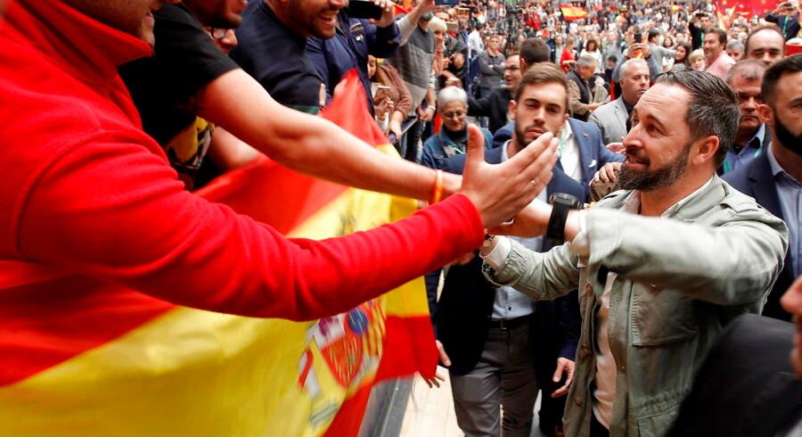 Vox-lederen Santiago Abascal hilser på tilhængere under et af det nøjrenationale partis overalt i landet velbesøgte valgmøder – her i den sydøstspanske by Alicante.