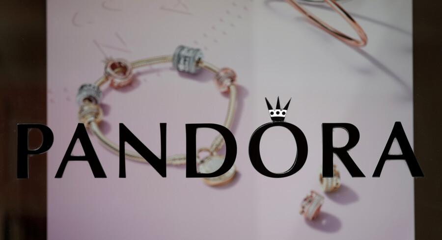 Smykkeproducenten Pandora har tirsdag fået ny direktør og tabt fem procent af sin værdi på aktiemarkedet som følge af frygt for svagt salg i årets første tre måneder. Benoit Tessier/Reuters