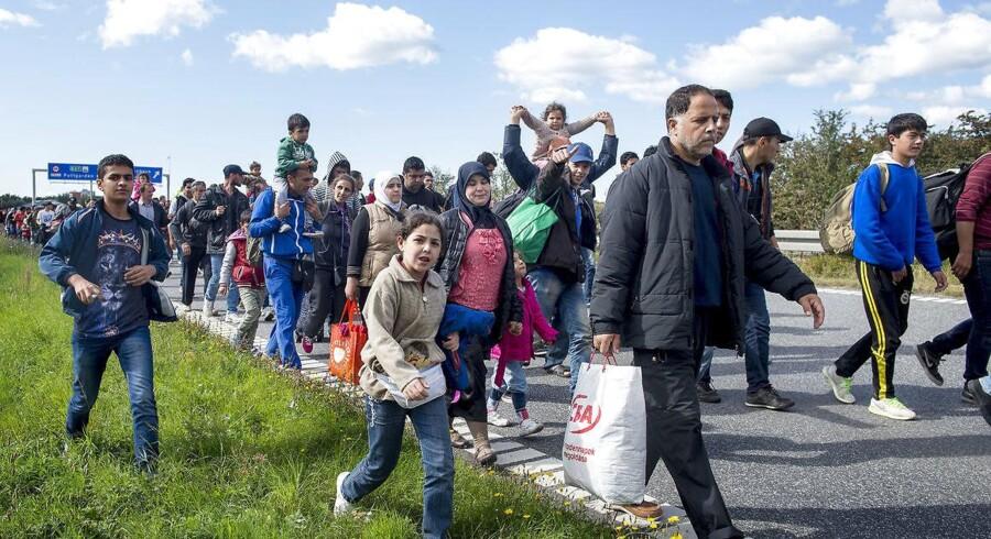 Flygtninge – mænd, kvinder og børn – vandrede i 2015 på motorvejene. Nogle på vej mod Sverige, andre blev i Danmark. Siden har især mændene klaret sig godt på det danske arbejdsmarked. Men kvinderne halter markant efter.