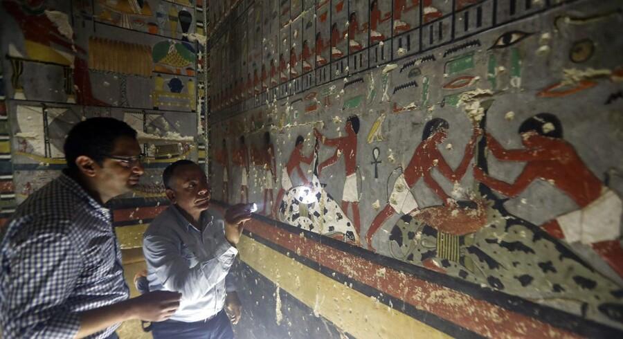 Khuwy var en embedsmand, der blev begravet i Saqqara syd for Cairo i nærheden af Giza pyramiden. Hans gravkammer viser enestående farverige scener, der er 4.300 år gamle.