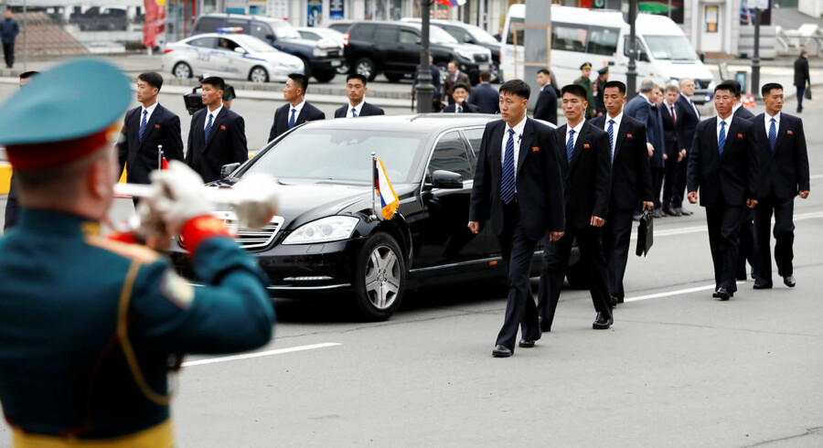 Se billederne: Her ruller russerne den røde løber ud for Kim Jung-UnNordkoreas leder, Kim Jong-un, ankom onsdag til den russiske stillehavsby Vladivostok. Her skal han have sit første topmøde nogensinde med den russiske præsident Vladimir Putin.