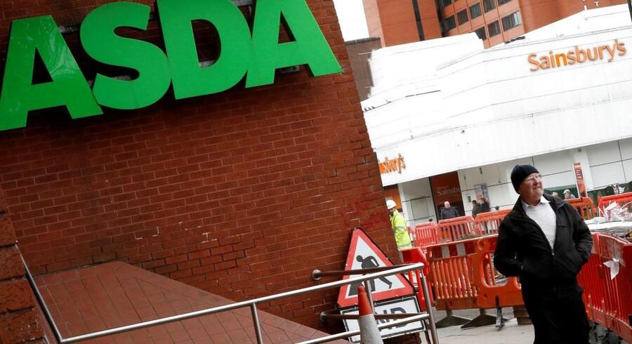 Saintsbuy og Asda har lovet at barbere en milliard pund af priserne, hvis de får lov at fusionere.