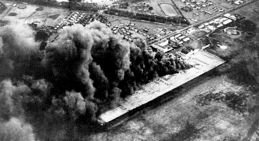 »Militærledelsen (i Japan, red.) regnede med, at amerikanerne var for bløde og manglede hårdhed og mod til at føre krig. Det modbeviste Doolittle og hans folk allerede tre måneder efter Pearl Harbor,« skriver Ole P. Kristensen, der mener, at vi bør mindes heltene fra Anden Verdenskrig. Her ses det japanske angreb på Pearl Harbor.