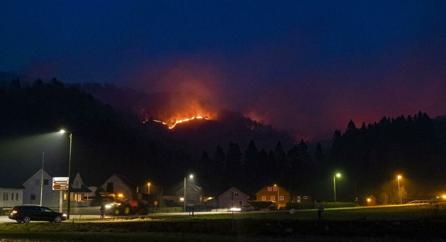 Beboere i næsten 150 boliger er evakueret som følge af de omfattende skovbrande nær Sokndal i det sydvestlige Norge.