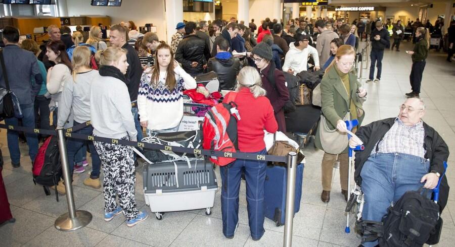 Der kan vente passagerne kaos fra morgen, hvis piloterne strejker fra midnat. Her lange køer fra en SAS i 2015. (Foto: Simon Skipper/Scanpix 2015)
