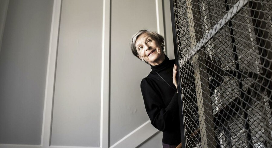»I dag er man jo ikke gammel, selvom man fylder 70. Og jeg er heldigvis i ret god form,« siger Anne Marie Vessel Schlüter – her fotograferet på vej ned at trapperne fra den store fjerde sals lejlighed på Frederiksberg, som hun deler med ægtemanden, Poul Schlüter.
