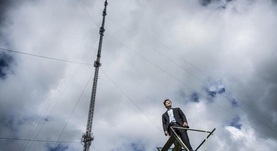 TV-masten i Hove nær Ballerup er en del af det danske radio-/TV-sendenet, som Teracom – der nu skifter navn til Cibicom – driver. Her er administrerende direktør Martin Løbel kommet til vejrs i Hove, hvor der også er indrettet datacenter med mulighed for, at andre kan leje sig ind med udstyr. Arkivfoto: Asger Ladefoged