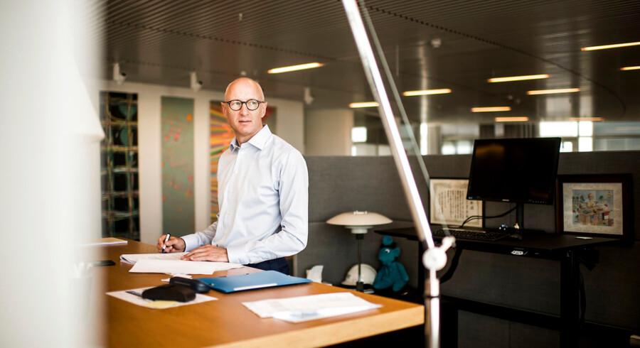 Koncernchef i Novo Nordisk Lars Fruergaard Jørgensen må fremover afholde møder i koncerndirektionen i mørke lokaler. Flyrejserne skal begrænses, og det betyder virtuelle møder, som et led i medicinalkoncernens nye klima- og miljøstrategi.