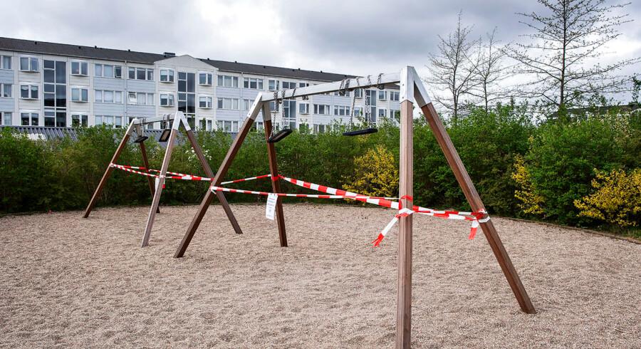 To gyngestativer er spærret af af et boligselskab i Ballerup, søndag den 28. april 2019, som sikkerhedsforanstaltning efter en dødsulykke med et andet, nærliggende gyngestativ. En 31-årig kvinde mistede livet, da et gyngestativ væltede ned over hende på legeplads på Baltorpvej i Ballerup, lørdag aften. Et boligselskab i Ballerup har derfor søndag afspærret en stribe legepladser med gynger som reaktion på ulykken. (Foto: Claus Bech/Scanpix 2019)