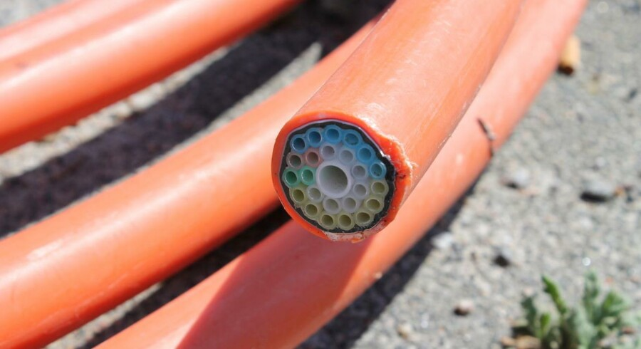 Landet over har energiselskaberne gennem ti år gravet lysoptiske fiberkabler som dette ned for at opbygge en infrastruktur, der kan konkurrere med TDCs, og hvorigennem der kan leveres internetforbindelser, TV og telefoni. De fleste fibernet er dog stadig lukket land for konkurrenterne, som ikke kan leje sig ind – endnu. Arkivfoto: Thomas Breinstrup