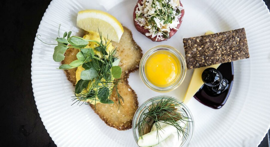 »Den gode platte« på Fru Nimb består af æblesild, klassisk tatar, smørstegt rødspættefilet og Unika Kry med kirsebær.